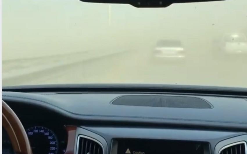 На въезде в Баку наблюдается пыльный туман - ВИДЕО