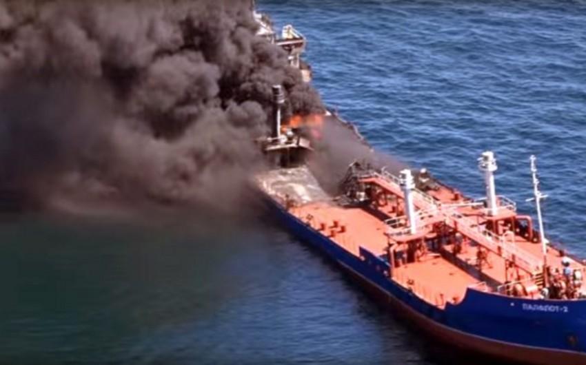 Экипаж горевшего на Каспии танкера доставят в Астрахань 28 апреля