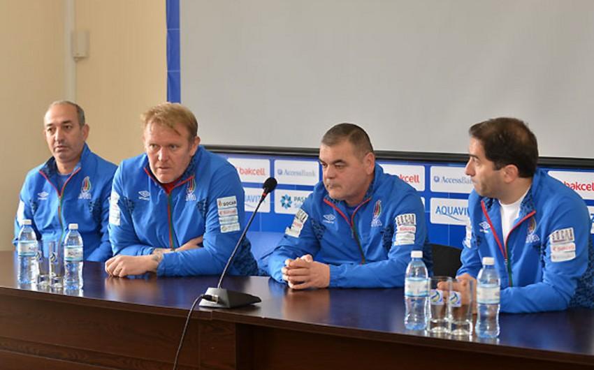 Robert Prosinečki met team members preparing for European Championship qualifying matches