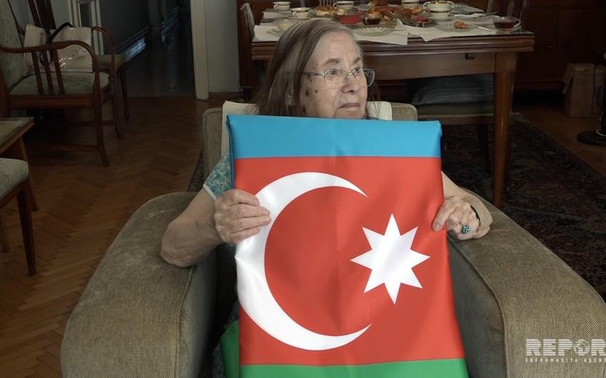 Əbülfəs Qarayev Əli bəy Hüseynzadənin qızına Azərbaycan bayrağı hədiyyə edib