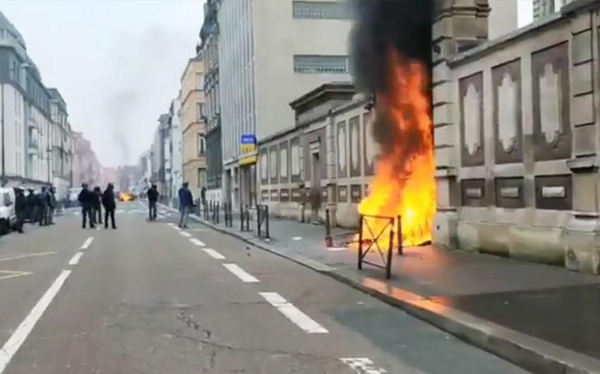 В Руане протестующие подожгли вход в здание Банка Франции