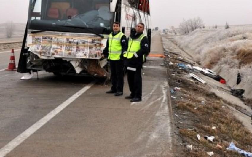 Türkiyədə xarici vətəndaşları daşıyan avtobus qəzaya uğrayıb, 4 nəfər ölüb, 30 nəfər yaralanıb