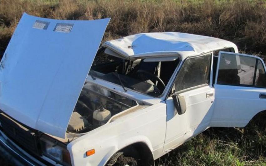 Sabirabadda maşın yoldan çıxaraq aşıb, iki nəfər yaralanıb