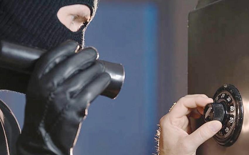 Завершилось предварительное следствие по делу укравших в Баку сейф с золотыми украшениями и деньгами