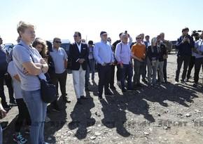 Известные международные путешественники ознакомились с процессом разминирования в Агдаме