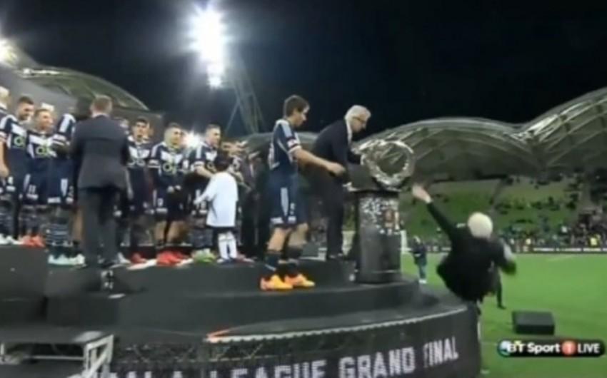Avstraliya Futbol Federasiyasının prezidenti podiumdan yıxılıb
