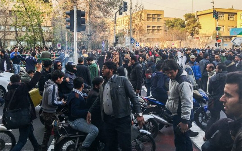 İranda iğtişaşlar zamanı üç asayiş keşikçisi öldürülüb