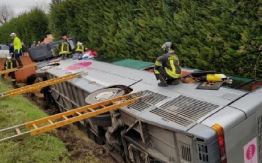 İtaliyada şagirdləri daşıyan avtobus aşıb, 23 nəfər xəsarət alıb