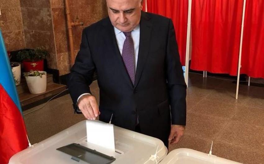 Вице-премьер Азербайджана Исмет Абасов принял участие в голосовании