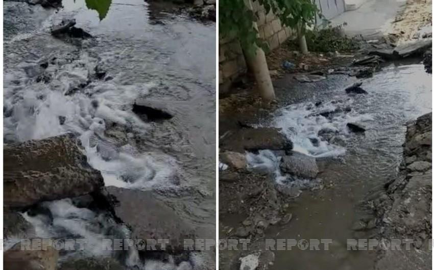 Bakıda asfalt çəkənlər su xəttini qırdı - VİDEO