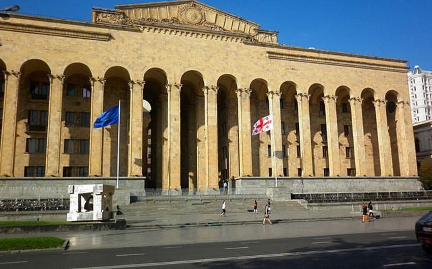Tbilisidə müxalifət tərəfdarları Gürcüstan parlamentinin ətrafına toplaşır