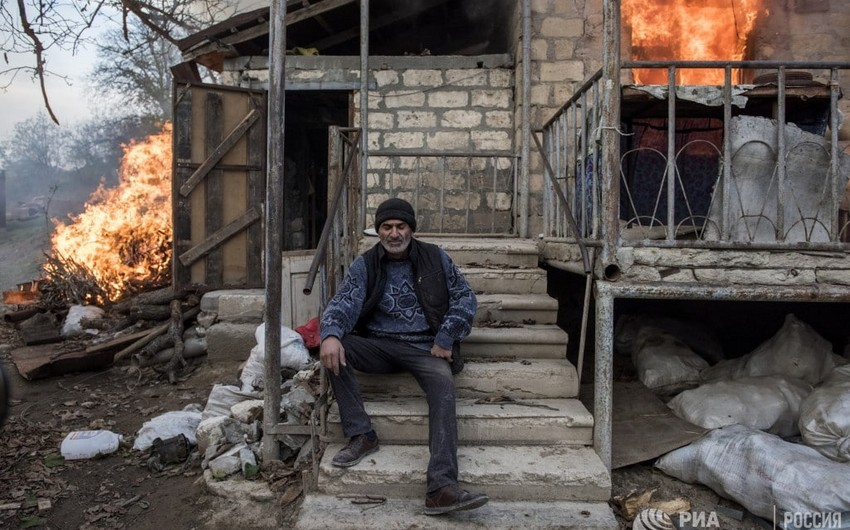 Armenians leave Lachin by burning houses