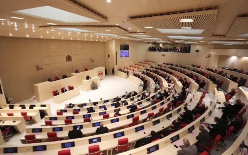 Gürcüstan parlamentinin payız sessiyası qalmaqalla başlayıb