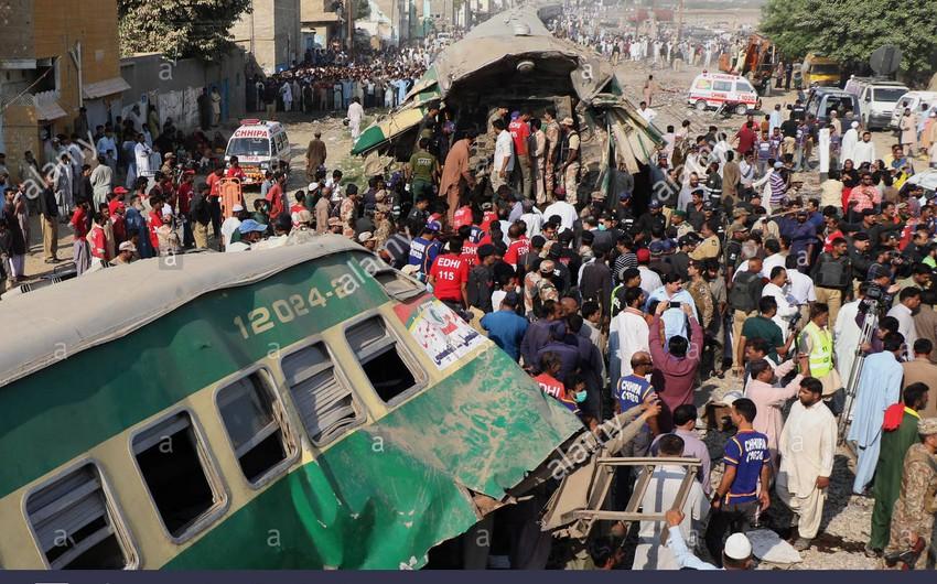 Pakistanda avtobus qatarla toqquşdu, onlarla ölən var
