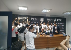 Neftçinin futbolçuları Samir Abasovun mətbuat konfransını dayandırdı