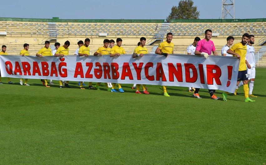 """Kəpəz klubu oyuna """"Qarabağ Azərbaycandır!"""" yazılı plakatla çıxıb"""