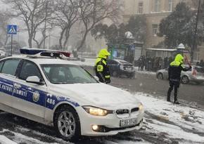 В заснеженном Баку произошло по меньшей мере 25 ДТП