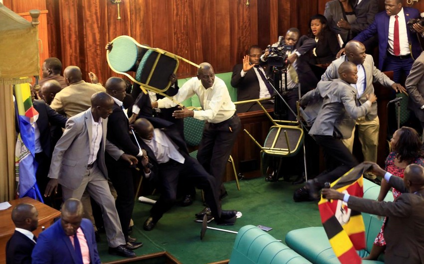 Uqandalı deputatlar iclas zamanı prezident hakimiyyəti ilə bağlı mübahisəyə görə dalaşıb - VİDEO