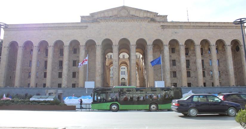 Gürcüstan müxalifəti parlamentin ətrafında piket keçirir