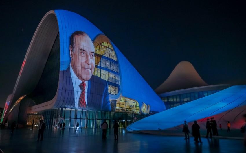 Heydər Əliyev Mərkəzinin binası üzərində Heydər Əliyev 95 kompozisiyası təqdim olunub - VİDEO