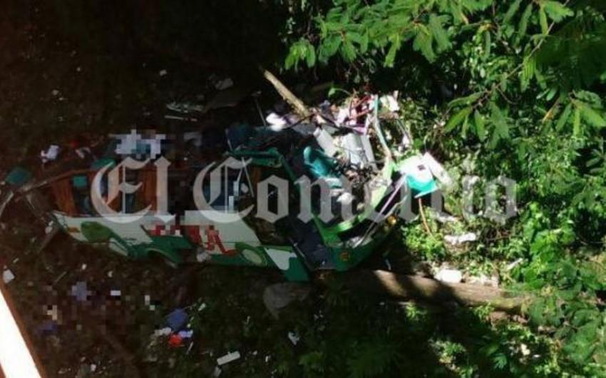 Peruda avtobus dərəyə düşüb: 16 ölü, 10 yaralı