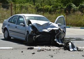 Bakıda avtomobil yaşayış binasının divarına çarpıldı, sürücü öldü
