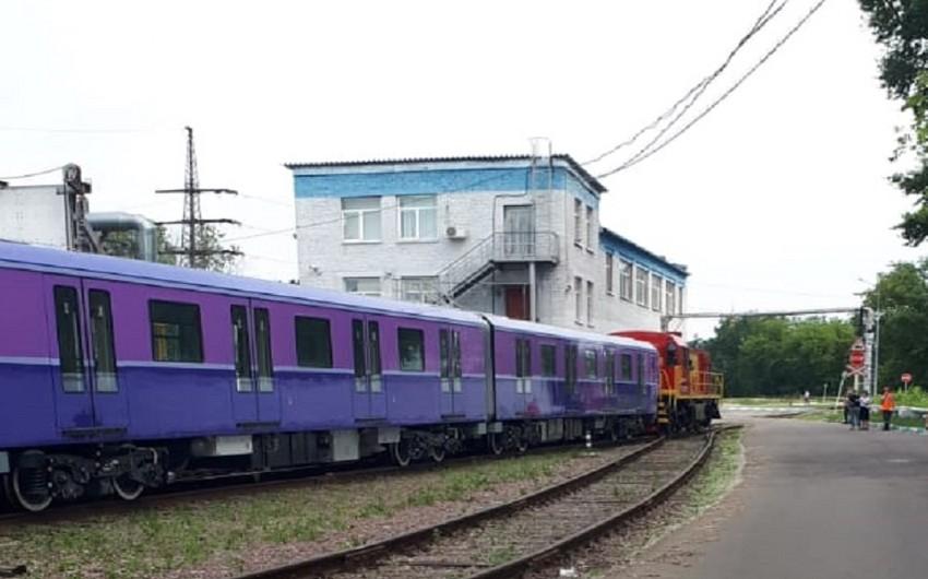 Bakı metrosu üçün Rusiyada istehsal edilən yeni qatarlar Azərbaycana yola salınıb