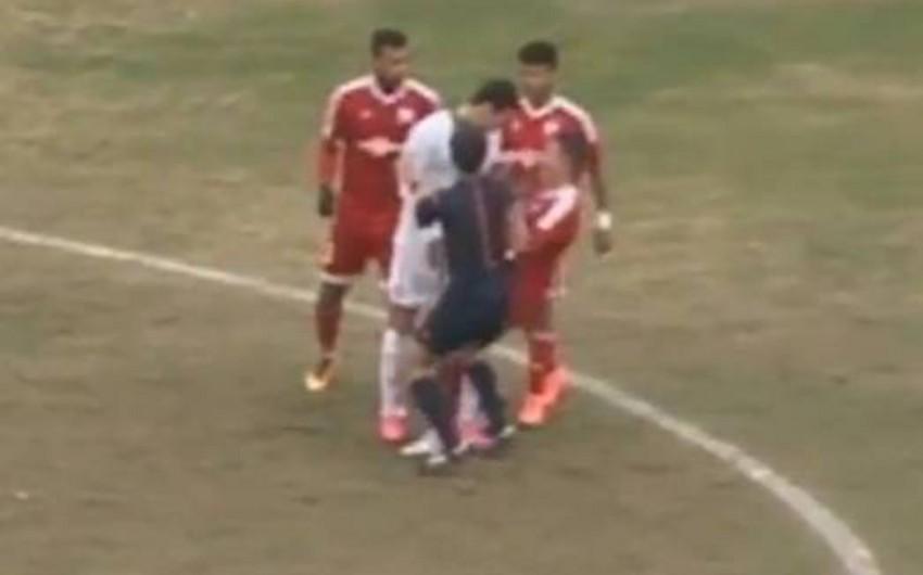 Böyük oyunda futbolçular arasında insident baş verib