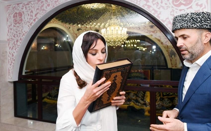Bibiheybət ziyarətgahında Azərbaycanın Birinci vitse-prezidentinə Qurani-Kərim hədiyyə olunub