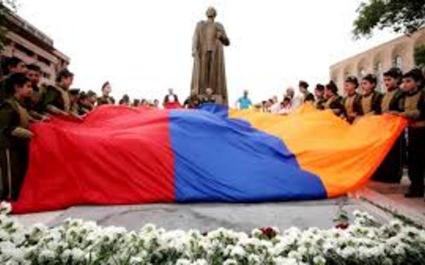 Rusiyalı politoloq: Ermənistan prezidenti nasistlərlə əməkdaşlıq etmiş daşnakın abidəsi önünə gül qoyur
