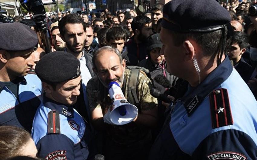 Ermənistan müxalifəti dövlət qulluqçularını etiraz aksiyalarına qoşulmağa çağırıb