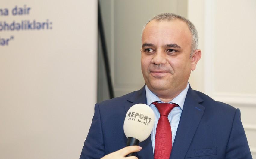 Nəsimi Paşayev Bakı Metropolitenindən çıxır