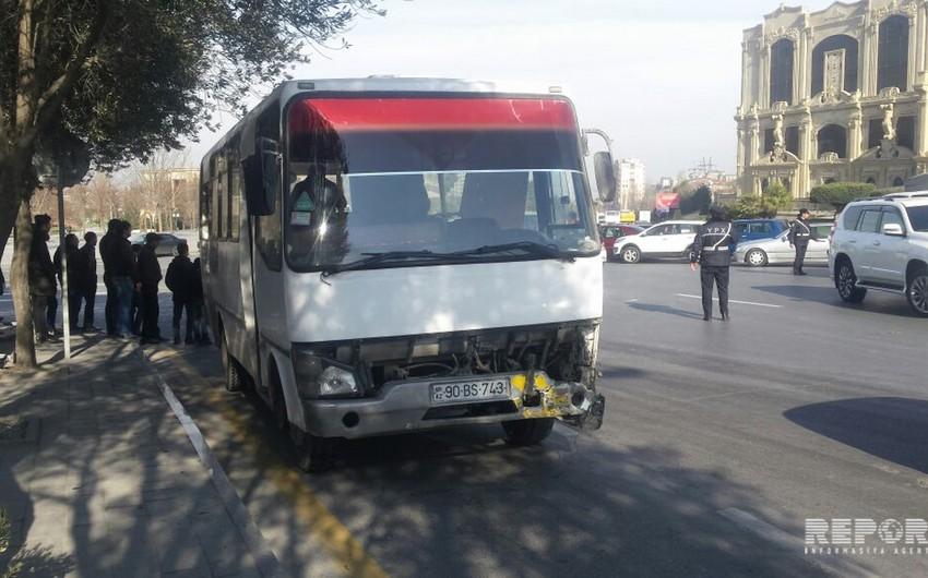 Bakıda sərnişin avtobusu qəzaya uğrayıb - FOTO