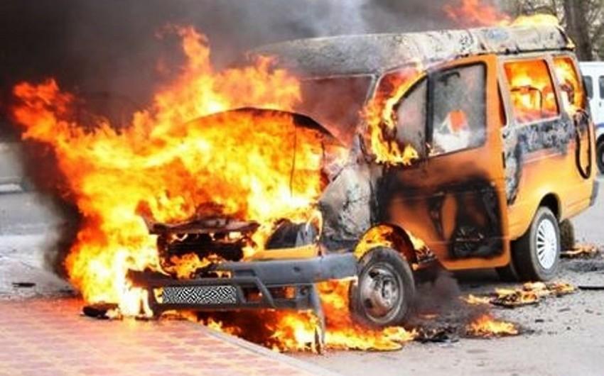 Cəlilabadda fəhlələri daşıyan mikroavtobus yanıb - VİDEO