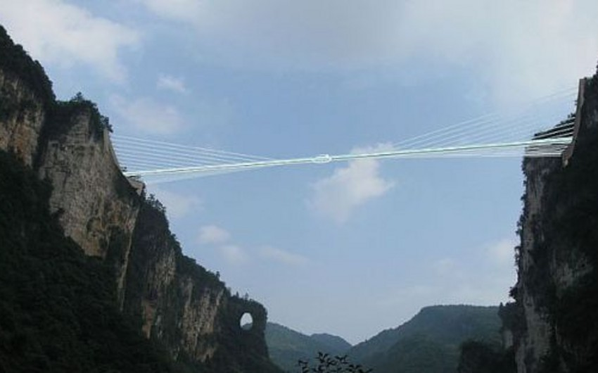 Çində dünyanın ən böyük şüşə körpüsü inşa olunacaq - FOTO