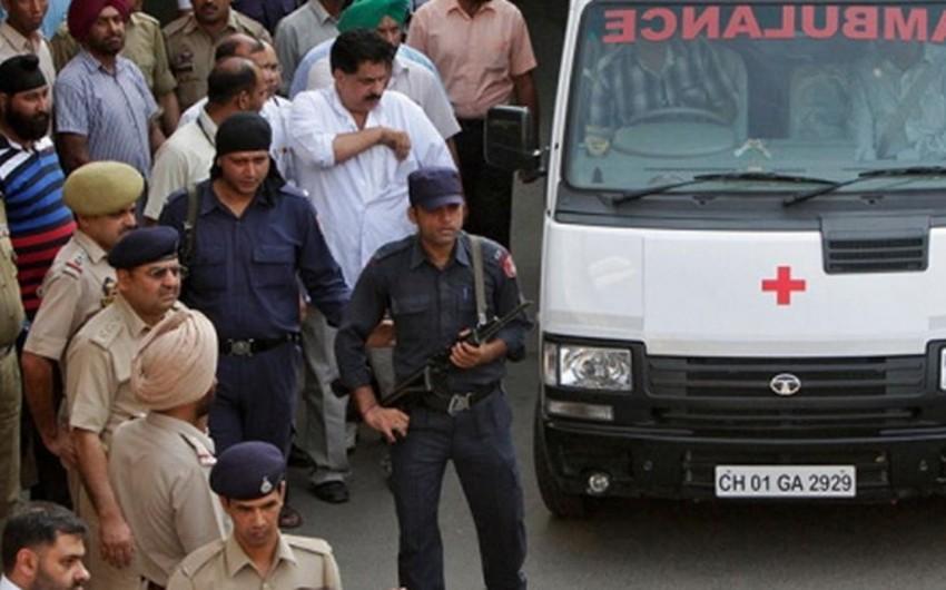 Hindistanda dini mərasim zamanı eyvan uçub, 3 ölü, 24 yaralı - VİDEO