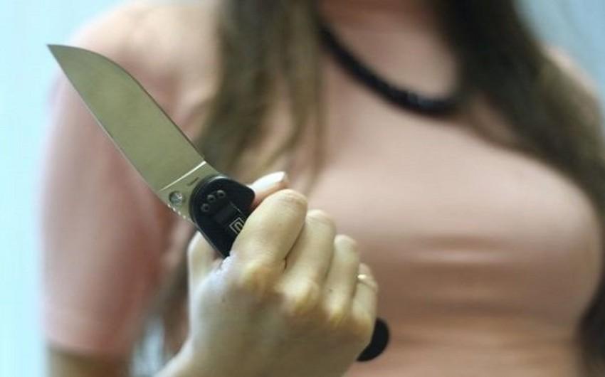 Astarada gəlin qaynatasını bıçaqlayıb