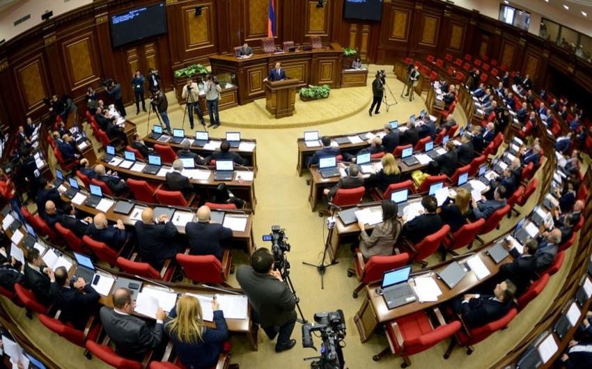 Ermənistan parlamenti hakimiyyət böhranını müzakirə edib