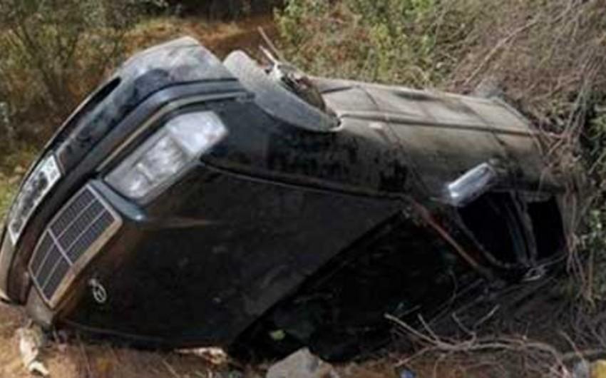 Kürdəmirdə Mercedes aşıb, sürücü ölüb