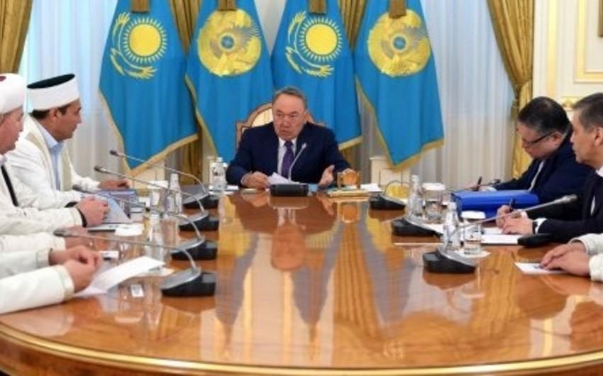 """Qazaxıstan prezidenti: """"Gənclərin qısa şalvar, qızların qara paltar geyinməsi qanunla qadağan olunmalıdır"""""""