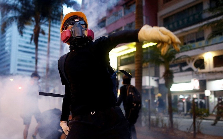 Police use guns against protesters in Hong Kong
