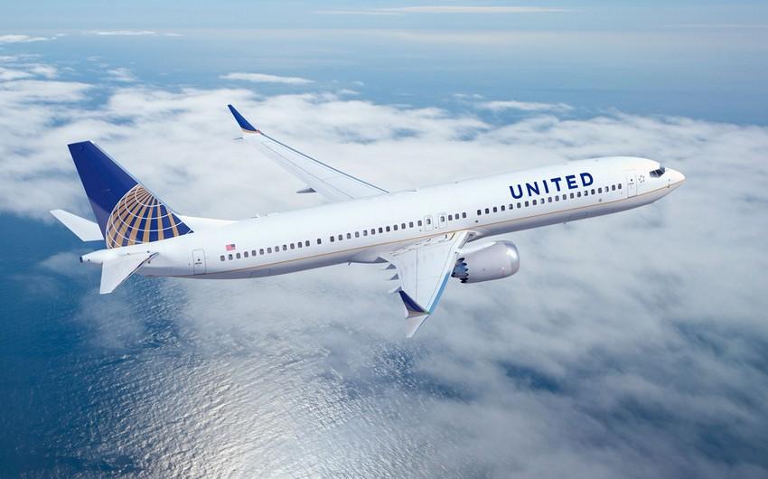 United Airlines şirkətinə məxsus təyyarə göyərtəsində fövqəladə vəziyyət olması barədə məlumat verib