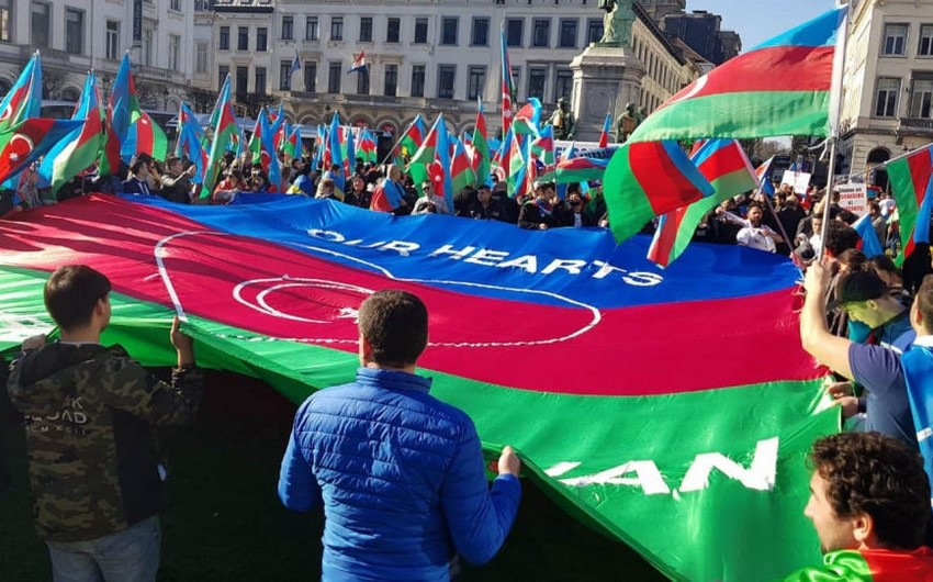 Azərbaycanlılar Ermənistanın Berlindəki səfirliyi qarşısında etiraz aksiyası keçirir