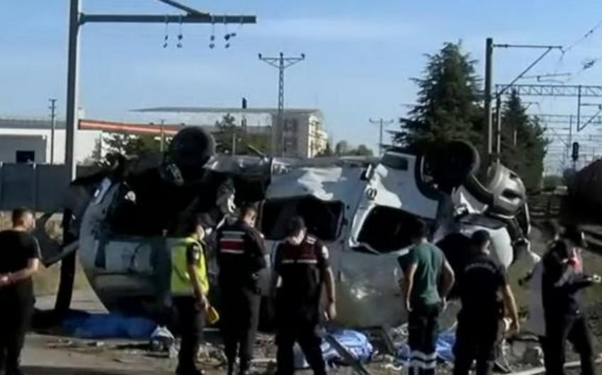 В Турции число погибших в результате ДТП с поездом возросло до 6