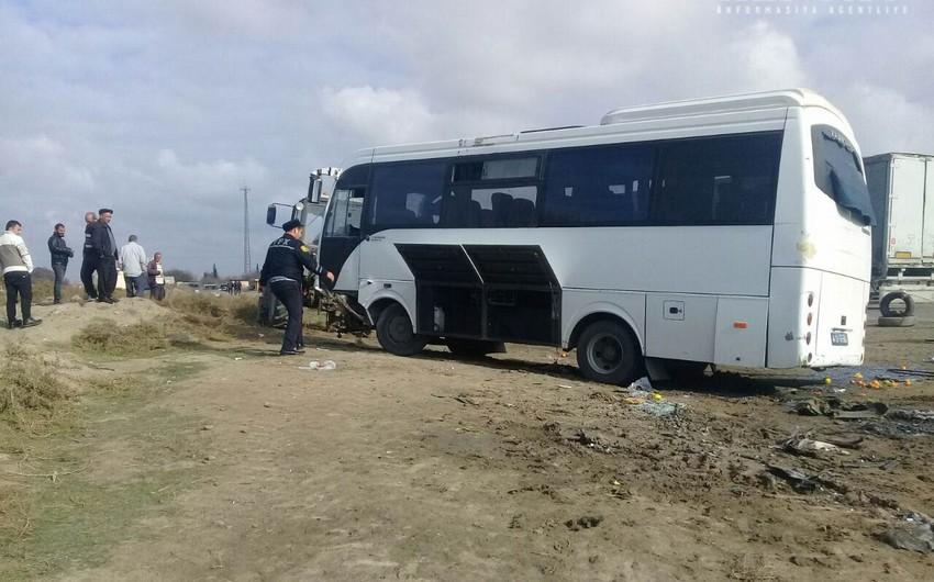 Salyanda sərnişin avtobusu ilə minik avtomobili toqquşub, xəsarət alanlar var - YENİLƏNİB-2 - FOTO