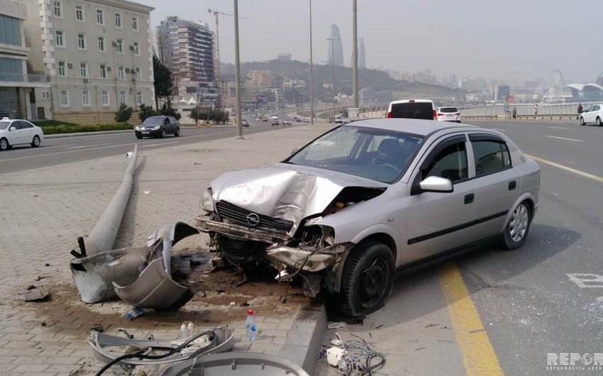 Bakıda avtomobil yoldan çıxaraq işıq dirəyini dibindən qırıb - FOTO - VİDEO