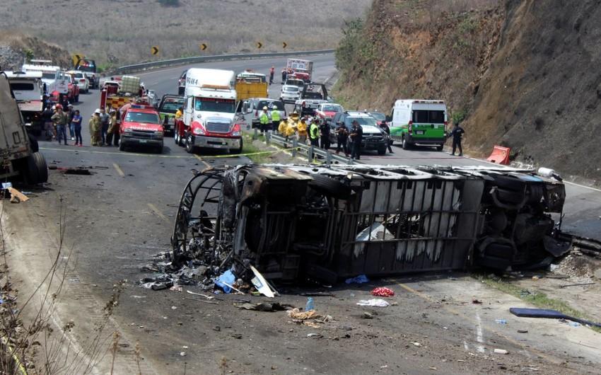 Meksikada yük maşını ilə avtobusun toqquşması zamanı 16 nəfər həlak olub