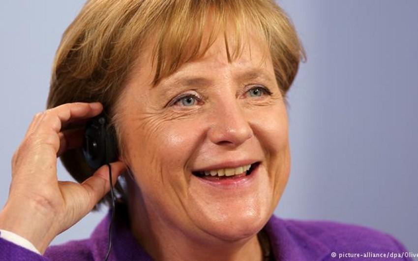 Angela Merkel İrana dair sazişi dərhal həyata keçirməyə çağırıb