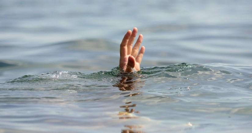 Bakıda iki azyaşlı su hovuzuna düşüb