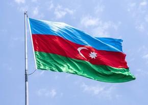 Türkiyəli gəncə Azərbaycan bayrağı hədiyyə edilib